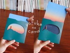 カードを引き抜くと、空が青空から夕日、夜空へと変化する、あっ!と驚く仕掛けのメッセージカードです。さらにカードを抜いた後の夜空にはロウソクが灯り「happy birthday」の文字が現れます。カードのオモテ面は空のグラデーション、ウラ面にはメッセージが書けるようになっています。シンプルな絵柄と落ち着いた色合いですので男性にもオススメです◎-------------------内容:カードセット・封筒各1枚サイズ:封筒 125×125mm(封筒の口を閉じた状態)   :カードセット 113×113mm※こちらの封筒は郵送できませんのでご注意ください。
