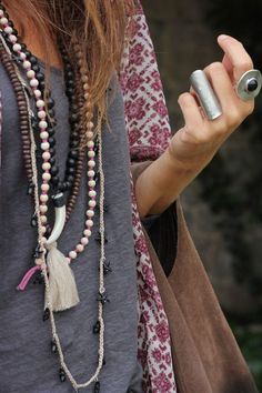 Bohemian accessories / casual mix / kimono boheme style hippie chic accessories diy Something Is Missing: 30 Reasons to Accessorize Hippie Chic, Boho Chic, Hippie Style, Hippie Elegante, Moda Hippie, Bohemian Mode, Bohemian Fashion, Edgy Bohemian, Bohemian Outfit