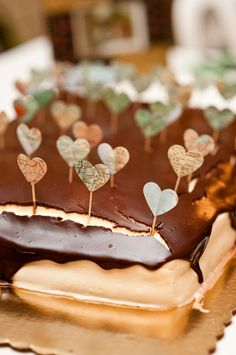map paper heart cake wedding cake toppers   photo: amymajorsphotography.com