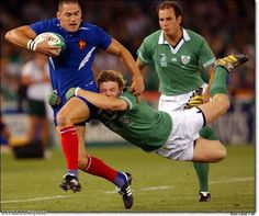 Brian O'Driscoll tackle v France - One of the most important skills needed in the sport of rugby is knowing how to tackle. If you are able to successfully tackle another. Rugby Sport, Rugby Men, Rugby League, Rugby Players, Rugby Funny, Irish Rugby, Rugby World Cup, Sports Photos, Hugo