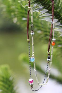 Les colliers « VENICE » sont constitués de : - Liens en cuir - Pierre de lave (noire) - Pierre rectangulaire en Hématite (noire) - Petites Agates (pierres colorées) - Perles en bois exotique - Agate bleue sertie d argent Métaux utilisés : - laiton argenté - Argent rhodié (noir)