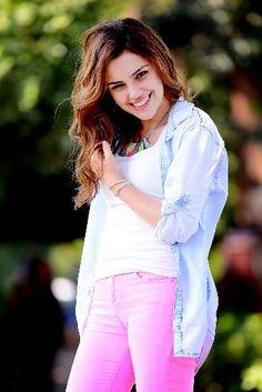 """Yağmur Tanrısevsin (EYLÜL 2013) O SAHNEYİ BEN DE MERAKLA BEKLİYORUM  İstanbul'a üniversitenin Seramik bölümünde okumak için gelmişti. Asıl hedefi ise oyunculuktu. Bu alanda eğitim almaya başladı, kendini bir anda setlerde buldu. Şimdilerde """"Güneşi Beklerken"""" dizisinde Melis'i canlandıran Yağmur Tanrısevsin'in hayali, yurtdışına açılmak."""