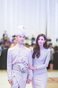 Yasmin + Fadzli (Reception) by Kudegraphy Low Res - 684 Malay Wedding Dress, Classic Wedding Dress, Wedding Attire, Wedding Gowns, Muslimah Wedding Dress, Hijab Evening Dress, Simple Dresses, Traditional Dresses, Wedding Inspiration