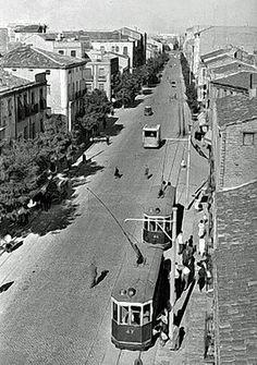 """1958. En la acera de los pares, flanqueando a la izquierda la Plaza de Rocasolano (llamada de Huesca desde marzo de 1962), perdura la parcela que conforma el nº 98 de la Avenida, de 1937. Casi ya fuera de imagen, el actual nº 107, de 1926. En primer plano, un par de tranvías permanecen ajenos a tan minucioso aporte de datos de nuestro experto.  Proyecto GAZA (""""Gran Archivo Zaragoza Antigua""""),  es un compendio de imágenes de la antigua Zaragoza (España), acompañadas de textos creados por… Plaza, Old Pictures, Portugal, Vintage, Zaragoza, White People, Black, Headshot Photography, Old Photography"""