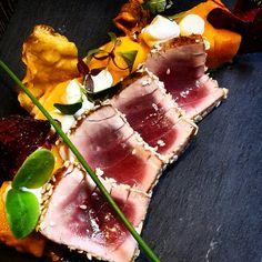 Kort gebakken tonijn met parfait van wortel, bloemkool met vanille, mango, Griekse yoghurt en chips van knolselder en rode biet #track75
