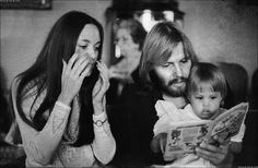 Angelina Jolie with her parents. Angelina Jolie and Brad Pitt with their children. (Photos via weheartit ) Jon Voight Angelina Jolie, Brad Pitt And Angelina Jolie, Jolie Pitt, Rare Pictures, Rare Photos, Celebrity Pictures, Vintage Photos, Maureen O'sullivan, Michael Bolton