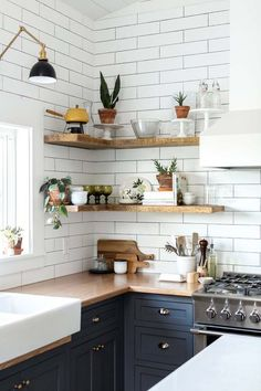 Room of the Week :: Vintage Eclectic Barn Living Space. styled open shelving in the kitchen of this Vintage Eclectic Barn. This vintage eclectic barn house proves that with a lot of layers and imagination an industrial setting can feel like a cozy home. Eclectic Kitchen, Home Decor Kitchen, Kitchen Interior, New Kitchen, Vintage Kitchen, Kitchen Corner, Kitchen Shelves, Cheap Kitchen, Kitchen Small