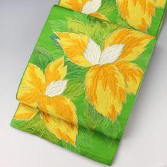 黄緑色の地に黄色とオレンジを使った大きなお花柄です。  <シチュエーション> カジュアルなお着物と合わせてお使いいただけます。 小紋や紬、色無地などと合わせて、おしゃれ着としてお楽しみ頂けます。   <風合> 柔らかな手触りです。 柄部分の織が若干立体的になっています。  【楽天市場】八寸名古屋帯 黄緑  黄色の大きな花柄 【中古】【仕立て上がりリサイクル帯・リサイクル着物・リサイクルきもの・アンティーク着物・中古着物】:ビスコンティ&きもの忠右衛門