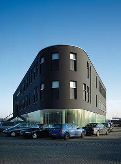Dunkler Putz auf einer vorgehängten hinterlüfteten Fassade: Das Polizeipräsidium im niederländischen Waddinxveen.