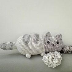 Kérésre készült ez az imádni való cica. Garantáltan nem lesz tele a lakás cicaszőrrel...39 cm hosszú, 11 cm magas.Az ingyenes minta itt található:https://emmasanimalcreations.weebly.com/blog/pusheen-the-cat-a-free-crochet-patternA fonal: Stone Washed világos és sötét szürke 802 és 814, 2,5 tűvel készült....