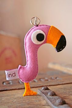 Flamingo in felt Felt Diy, Felt Crafts, Crafts To Make, Fabric Crafts, Kids Crafts, Sewing Pillows, Diy Pillows, Felt Keychain, Felt Birds
