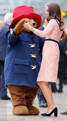 Catherine, Duchess of Cambridge dances with Paddington Bear at the Charities Forum Event on board the Belmond Britigh Pullman train at Paddington Station. || 16.10.2017