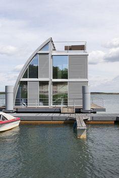[IT] Sulla riva meridionale del lago di Geierswald in Germania sono ancorate due case vacanza galleggianti. Un esempio di complementarietà fra natura e design, tecnologia e tradizione compositiva, azzardo linguistico e rispetto per l'ambiente,...