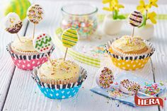 'Ďalší z receptov v sérii našich veľkonočných cupcakes sú tieto roztomilé cupcakes s lízankami. So zdobením cupcakes aj lízaniek vám môžu pomôcť aj vaše deti. Množstvo vystačí cca na 12 kúskov. Aj tento cupcake môžete upiecť a vyhrať tak v našej veľkonočnej súťaži.  Na cesto: - 113 g Hery Maslová príchuť - 130 g cukru krupice - 3 vajcia - 60 ml mlieka - 195 g hladkej múky - 1,5 lyžičky kypriaceho prášku - citrónová kôra z jedného citróna (nemusí byť) - 100 g čokolády (min. 70 % kakaa)…