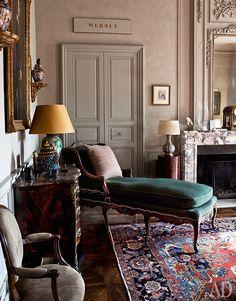 Угол главной гостиной. Вцентре — кушетка времен Регентства, с которой можно любоваться открывающимся за окнами видом в сад и на далекие Пиренеи.