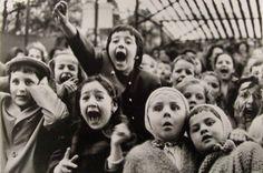 Alfred Eisenstaedt, Children at a Puppet Theater, Paris, 1963