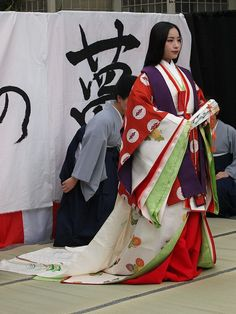 A woman wearing junihitoe.