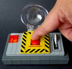 A LEGO Danger Button That Works, Complete With Flashing Red Light Effektive Bilder, die wir über lego robot how to make a anbieten Ein Qualitä. - Soon Cobb Lego Robot, Lego Moc, Lego Design, Lego Creations Instructions, Hot Toys Iron Man, Lego Boxes, Lego Furniture, Micro Lego, Amazing Lego Creations