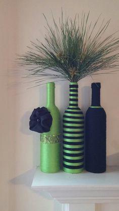 Cette liste est pour trois bouteilles de vin enveloppés dans les fils vert et noir de chaux. Accessoirisé dune fleur de tissu noir, fait à la main... agrémenté dun ruban de paillettes vert lime. Les plantes ne viennent pas avec ensemble de vase. Cet ensemble est livré avec 3 bouteilles de fil. Hauteur est de 13 pouces. Cet ensemble est décrit comme un ensemble bouteille de fil, jeu de bouteille de vin, vases de fil, bouteilles de fil, ensemble bouteille décoratif, printemps décor à la…
