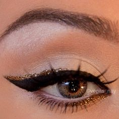 dickes schwarzes Katzenauge / geflügeltes Eyeliner mit einem Hauch von goldfarbenem … thick black cat eye/winged eye liner with a touch of gold sparkle eye liner on top and bottom. do not like the mascara on the top lashes though…. New Years make up ! Pretty Makeup, Love Makeup, Makeup Tips, Makeup Looks, Makeup For Gold Dress, Makeup Ideas, Sparkly Makeup, Pretty Nails, Gold Eyeliner