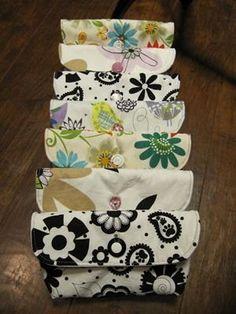 Essas carteirinhas são rápidas e fáceis, não levam zíper, podem ficar muito graciosas e aproveitam pedaços pequenos de tecido, ajudam a reciclar seus retalhos. Para facilitar, encontrarão ab…