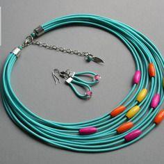 Collier et boucles d'oreilles textile avec des perles en bois, couleurs:  turquoise, perles colorées