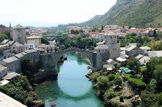 Vue du grand Minaret sur le vieux pont de Mostar