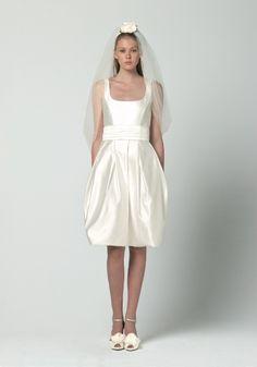Dress INGENUO: abito balloon corto in duchesse, colore bianco latte e cintura smoking. Veil IONE: velo corto in tulle con cerchietto in raso. #maxmarabridal #wedding #dress #veil