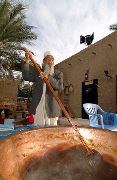 """Omani Halwa: Die gelantineartige Masse, die wörtlich übersetzt """"Süßigkeit"""" bedeutet, besteht aus braunem Zucker, Eiern, Honig und Gewürzen"""