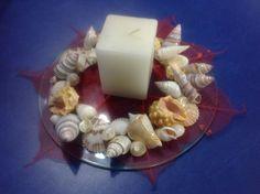 Centro de mesa con vela decorado con conchas, bonito detalle para estas fiestas.