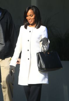 Pregnant Kerry Washington filming Scandal.