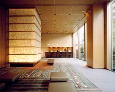都会のオアシス「庭のホテル東京」で「きれい講座」開催|新着! 世界のホテル・インフォメーション|CREA WEB(クレア ウェブ) Modern Japanese Interior, Japanese Modern, Japanese House, Japanese Taste, Hotel Hallway, Tokyo Hotels, Lounge, Hotel Lobby, Luxury Apartments