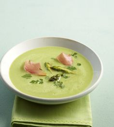 Grüner Spargel macht die Suppe unglaublich intensiv und für die Farbe gibt's noch eine Portion Erbsen dazu. Damit machst du ordentlich Eindruck beim Sonntagsessen!