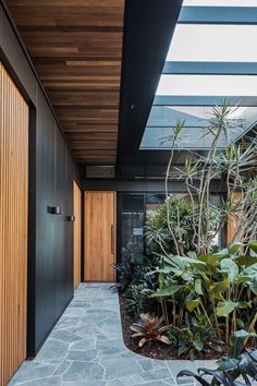 The Cove House by Justin Humphrey Architect in Brisbane, Australia is a luxurious modern home with a very fluid interior design. Design Exterior, Interior And Exterior, Open Live, Crazy Paving, Timber Battens, Gazebos, House Entrance, Atrium House, Outdoor Living