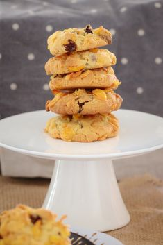 These Crunchy Chocolate Chip & Sultana Cornflake Cookies are the perfect lunchbox recipe. They're quick, easy and a guaranteed winner! Baking Recipes, Cookie Recipes, Dessert Recipes, Eggless Recipes, Bread Recipes, Biscuit Cookies, Biscuit Recipe, Cornflake Recipes, Delicious Desserts
