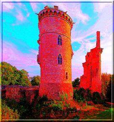 Jean Ier Duc de Berry, homme de guerre certes, mais surtout un personnage lettré, passionné d'art et de culture, a embelli puis modernisé la forteresse du 12ème siècle pour en faire un château magnifique.... Hélas, le 16ème et 17ème siècle n'ont pas été tendres avec cette merveille..... Il ne reste aujourd'hui que 2 tours et des fondations.... Pourtant, le souvenir de cet homme illustre et raffiné se ressent dans ses vieilles pierres du château de  Mehun sur Yèvre.