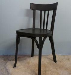 Chaise de bistrot Baumann revisitée en gris charbon presque noir, mais pas tout à fait. Idéale avec un petit bureau d'administration. La chaise ne ...
