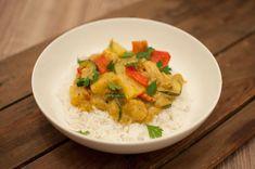 Kipkerrie met ananas en rijst; een romig gerecht met kip, paprika, courgette en…