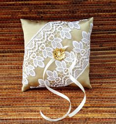 Porta Aliança confeccionado em shantung dourado e rendas guipir. Detalhe central em botão de metal. Produto feito um a um, bordado à mão. Fazemos em outras cores e modelos