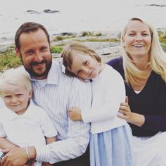 A família crownprinely norueguesa no aniversário do príncipe herdeiro Haakon 35, 20 de julho de 2008. Hoje, 20 de julho de 2016, ele está comemorando seu aniversário de 43 anos.  #PrincessIngridAlexandraOfNorway #CrownPrincessMetteMarit #CrownPrinceHaakon #PrinceSverreMagnus #summer #smile #birthday #happybirthday #Norway #Norge #kongehuset #Royals #royalty #NorwegianRoyalFamily #PrincessIngridAlexandra #IngridAlexandra #NorwegianRoyals