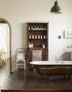 Bad op verhoging in brocante interieur | period style bathroom