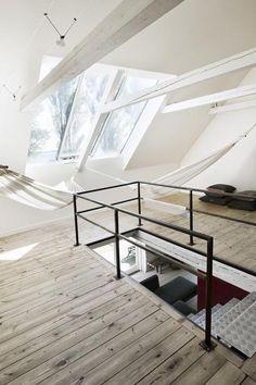 Espaço dedicado à sesta. Redes no sotão deste loft balançam ao vento.