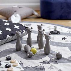 fda56c37bbc21 Quilles de bowling ours gris pour enfant en bois de lotus Bloomingville  idée de cadeau original
