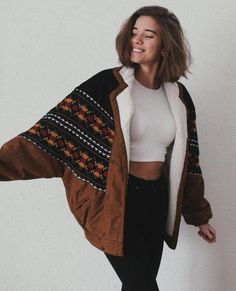 Original Arizona Vintage jacket vegan - synthetic Talla S/M: Lenght / Widht Talla L/XL: Lenght / Widht Model is wearing size Indie Outfits, Fall Outfits, Casual Outfits, Cute Outfits, Fashion Outfits, Fashion Weeks, Navajo, Bomber Jacket Outfit, Brown Jacket Outfit