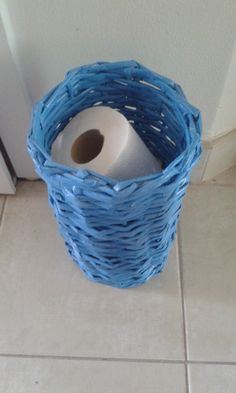 Košík pletený z papiera vhodný na toaletný papier Wicker Baskets, Diys, Home Decor, Decoration Home, Bricolage, Room Decor, Diy, Do It Yourself, Woven Baskets