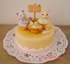 Tarta infantil con animalitos modelados en fondant con cmc