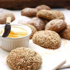 Underbart goda fullkornsfrallor med naturligt glutenfria ingredienser och utan extra stärkelse! Enkla att göra: rör bara ihop smeten (ingen knådning), låt vila 10 min, rulla frallor och låt jäsa 1 gång direkt på plåten! Baka av och låt svalna… Njut! recept på bloggen. #bakaglutenfritt #glutenfritt #naturligtglutenfritt #sjustegtillettfriskarejag #nillaskitchen #glutenfree #vegan