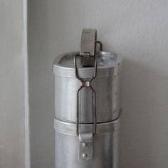 zierrat und gold: Schöne alte Brotzeitdose mit zwei Etagen.Federleichtes Aluminum, praktische Fingerspange.
