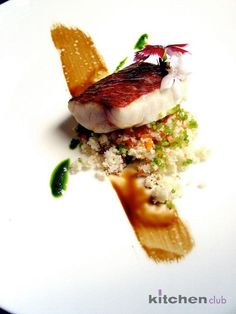 Lubina a la plancha sobre cous cous vegetal - Grilled sea bass over vegetable… Seafood Recipes, Gourmet Recipes, Fish Plate, Molecular Gastronomy, Fish Dishes, Culinary Arts, Food Presentation, Creative Food, Food Design