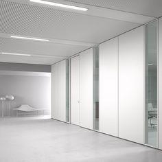 Wall Line by DOIMOffice, un sistema di pareti contraddistinte da un design leggero e concepite per garantire la massima prestazione nella configurazione e riconfigurazione nel tempo nello spazio. La materia di Wall Line cogniuga ls robustezza del ferro, alla leggerezza dell'alluminio, l'eleganza del vetro alla personalizzazione del legno. Il risultato è un progetto basato sul benessere ambientale, garantendo ergonomia, comfort acustico, visibilità nel rapporto dinamicon spazio-uomo.
